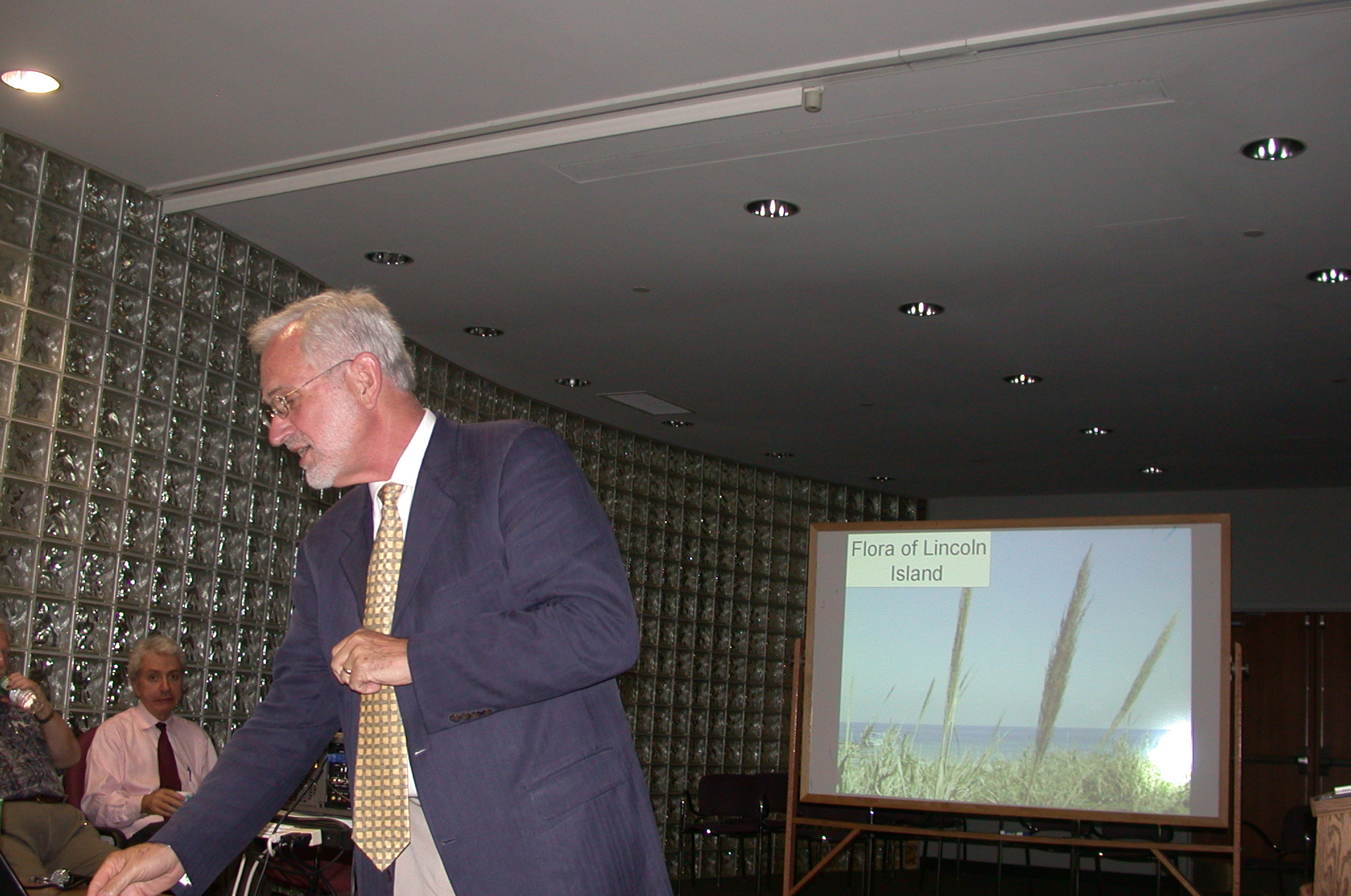 "DSCN0048.jpg - ...Prof. Lytton Musselman take a ""A Pluri-Disciplinary Approach to L'Ile Mystrieuse""."