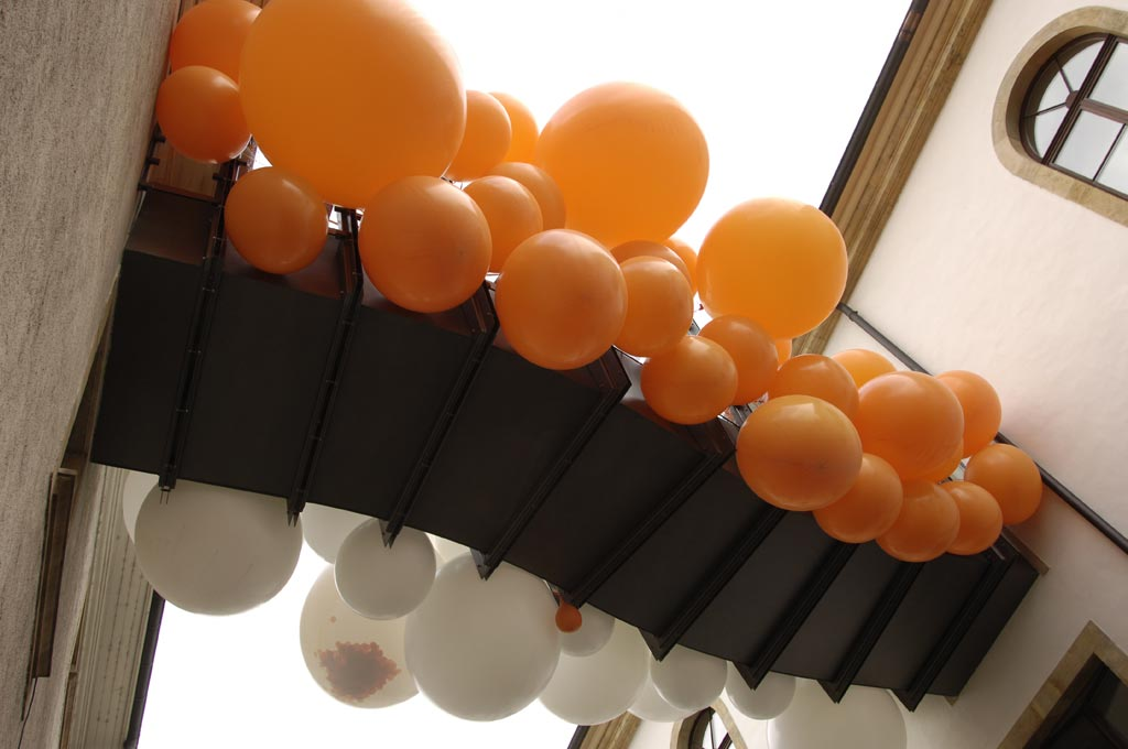 jmm0080.jpg - The bridge covered by balloons.