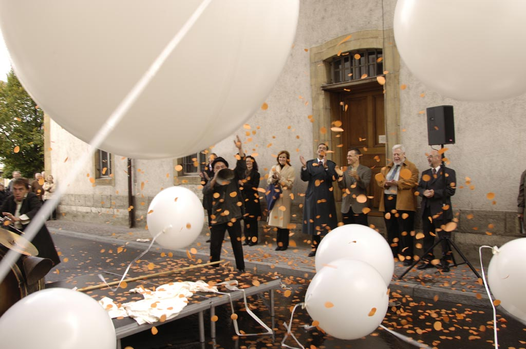 jmm0260.jpg - The balloons begin to fall and people play with them...